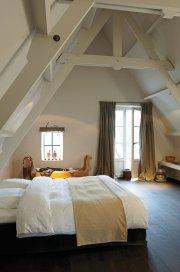 Sypialnia na poddaszu w stylu skandynawskim