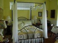 Sypialnia z łóżkiem kutym