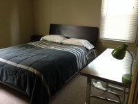 Czarna narzuta na łóżko w sypialni